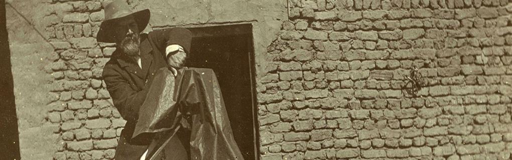 Flinders Petrie taking photographs on site. Petrie Museum archives.