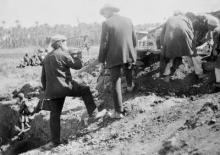 Photograph of Flinders Petrie on site of BSAE excavations at Memphis around 1909. (Petrie Museum of Egyptian Archaeology, UCL, archives)